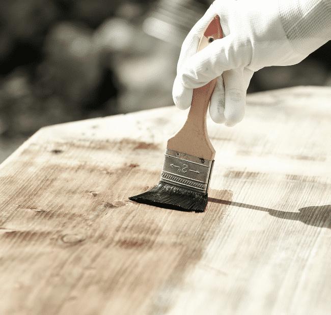 Gartenmöbel aus Holz streichen
