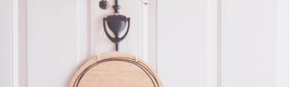 Herzlich willkommen – Ein rustikales Türschild aus Holz konstruieren