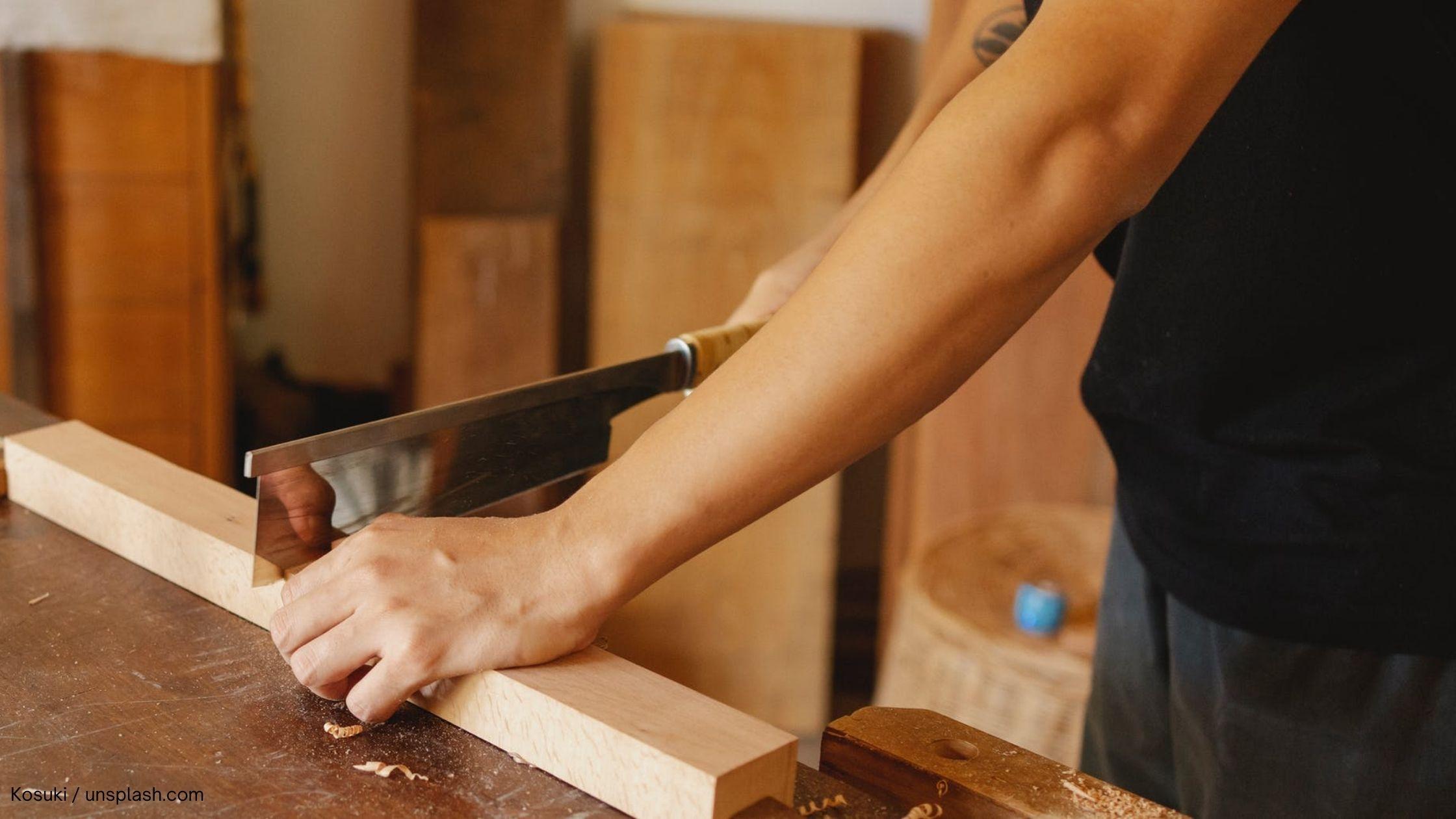 Buchstaben aus Holz säge