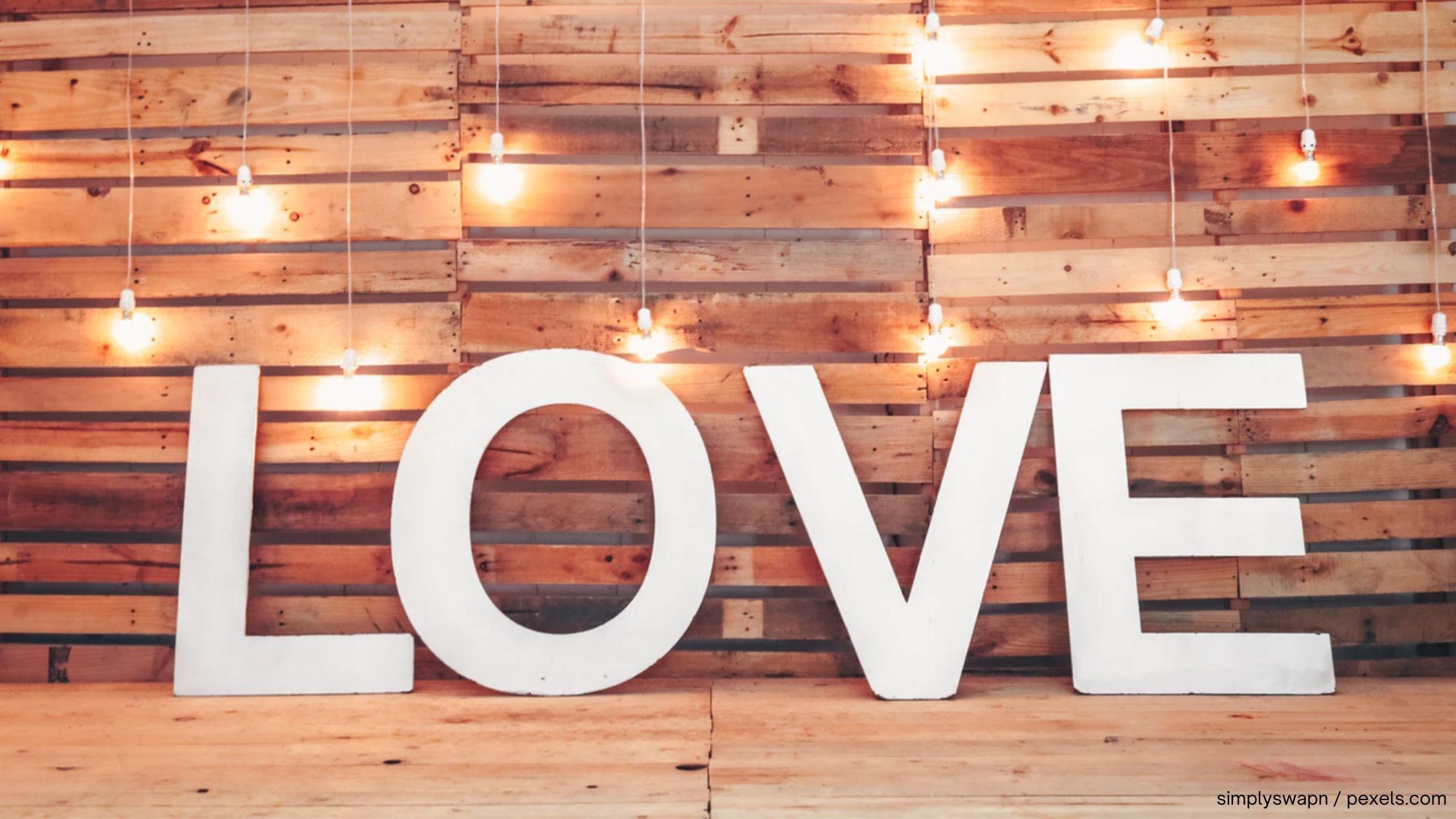 Titelbild DEeko Buchstaben aus Holz
